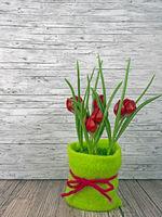 Hintergrund Frühling rote Tulpen auf Holz
