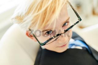 Junge mit Brille als schlauer Musterschüler