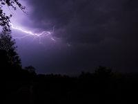 Ein Gewitter mit Blitz und Donner in der Nacht.