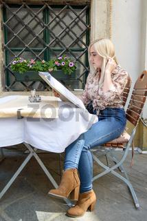 Hübsche blonde Frau im Restaurant