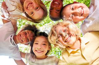 Lachende multikulturelle Kinder als Integration Konzept