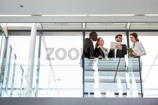 Business Team mit Tablet diskutiert Strategie