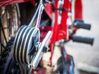 Dämpfer eines roten Motorrades Oldtimer