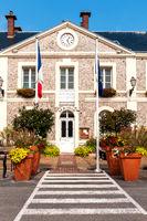 Blick auf das Rathaus von Étretat