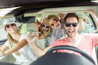 Familie mit Sonnenbrille singt im Auto