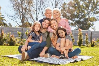 Glückliche erweiterte Familie mit zwei Kindern