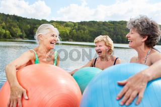 Lachende Senior Frauen mit Gymnastikball