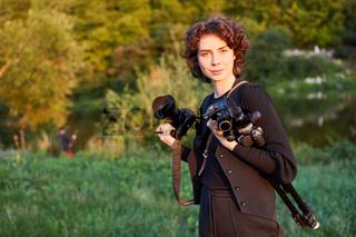 Frau als Landschaftsfotografin mit Kamera und Stativ