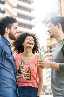Drei Studenten als Freunde feiern mit Bier