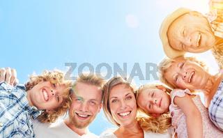 Glückliche erweiterte Familie in drei Generationen