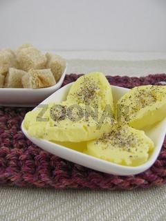 Selbstgemachte Butterstückchen mit Kräutersalz und Brotwürfeln