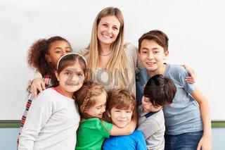 Glückliche Kinder einer multikulturellen Schule