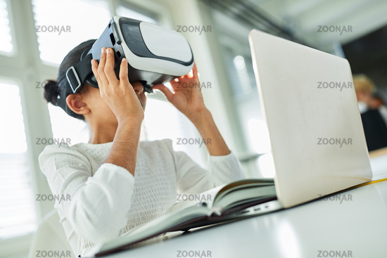 Kind mit Virtual Reality Brille am Laptop Computer