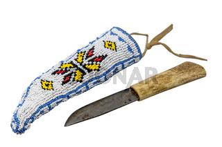 Indianisch Messer mit Knochengriff in einem mit bunten Perlen bestickten Köcher