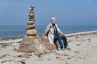 Seniorin und Steinpyramide