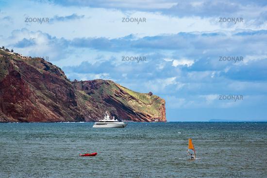 Felsen und Schiff auf der Insel Madeira, Portugal