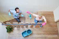 Paar hat Spaß beim Treppenhaus und Flur putzen