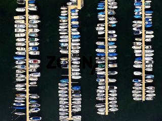 Boote am Ankerplatz in einem Yachthafen am Genfersee aus der Vogelperspektive,Rolle, Waadt, Schweiz