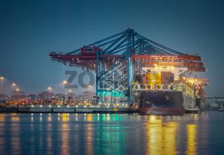 Containerschiff im Hafen von Hamburg bei Nacht