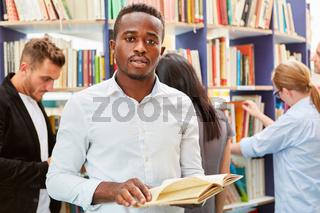 Junger afrikanischer Mann in der Bibliothek