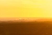 Blick über die Toskana bei Montescudaio im nebligen Sonnenuntergang