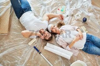 Junges Paar macht Pause beim Malern