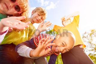 Kinder haben Spaß und feiern zusammen