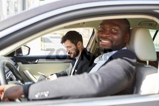 Zwei Geschäftsleute im Auto auf Dienstreise