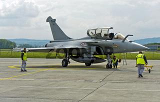 Bodenpersonal bei Wartungsarbeitem am Mehrzweckkampfflugzeug Dassault Rafale B 4-FU SPA 81