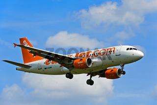 easyJet Airbus A319-111 G-EZNM im Anflug auf Genf, Schweiz