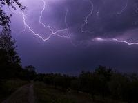 Blitz und Donner in der Nacht.
