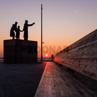 Sonnenuntergang am Auswandererdenkmal