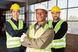 Drei Lagerarbeiter als stolzes Logistik Team