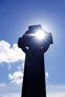 Ostern, Auferstehung, Sonne strahlt durch das Kreuz