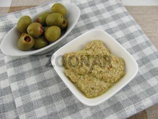 Selbstgemachte Olivenpaste mit Joghurt