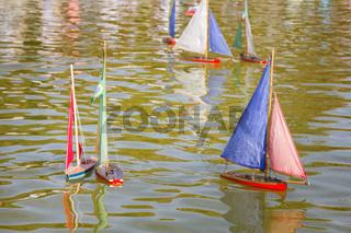 Paris Children let boats in the pond