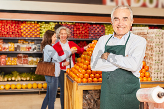 Senior als erfolgreicher Verkäufer im Supermarkt
