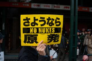 Kyoto, Japan, Ein Mann demonstriert gegen Atomwaffen