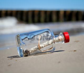 eine Flaschenpost am Strand