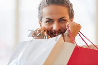 Frau als Verbraucher mit Einkaufstüten