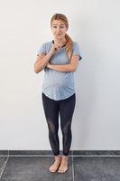 Hübsche schwangere blonde Frau