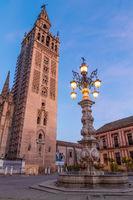 Der Giralda Glockenturm zur Abenddämmerung, Sevilla, Andalusien, Spanien, Europa