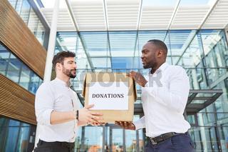 Karton mit der Aufschrift Donations
