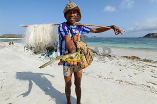 Lombok, Indonesien, Fischer am Strand von Tanjung Aan