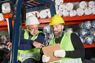 Arbeiter als Staplerfahrer und Kollege