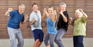 Senioren machen Piloxing im Fitnesscenter