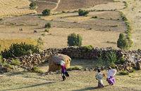 Bauernfamilie auf dem Heimweg von der Feldarbeit, Hawzien Ebene, Tigray, Äthiopien