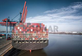 Containerschiff im Hamburger Hafen bei besten Wetter mit Elbphilharmonie im Hintergrund
