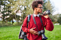 Junger Mann als professioneller Fotograf in der Natur