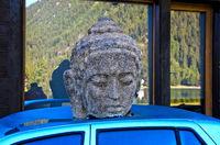 Steinerner Kopf eines buddhistischen Prinzen auf einem Auto, Schweiz